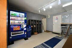 ラウンジには自動販売機が設置されています。(2018-03-02,共用部,LIVINGROOM,1F)