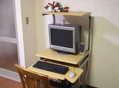 ラウンジに設置された共用PC。(2005-05-12,共用部,PC,)