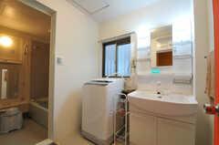 洗面台、洗濯機の様子。(2011-01-19,共用部,LAUNDRY,1F)