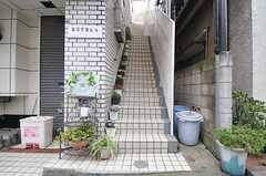 外階段の様子。(2014-06-30,共用部,OUTLOOK,1F)