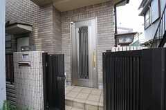 シェアハウスの正面玄関。(2013-04-23,周辺環境,ENTRANCE,1F)