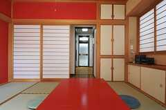 居間の様子3。廊下を挟んだ先にキッチンがあります。(2013-04-23,共用部,LIVINGROOM,1F)