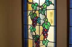 階段にはステンドグラス風の窓。(2013-04-23,共用部,OTHER,2F)