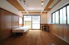 ドミトリーの様子。ベッドとデスクが1台ずつ用意され、室内の仕切りに家具が配置される予定です。(101号室)(2013-04-23,専有部,ROOM,1F)