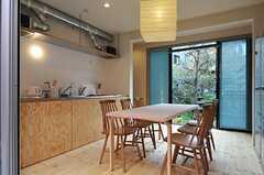 中庭側から見たダイニングの様子。掃き出し窓の先は、オーナーさんのご実家との事。(2012-11-13,共用部,LIVINGROOM,1F)