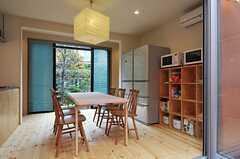 大きめの冷蔵庫が2台、その脇に電子レンジがあります。(2012-11-13,共用部,KITCHEN,1F)