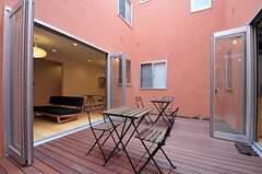 中庭の様子2。外ではありますがプライベートな空間なので、窓を開け放つと、家の中と同じように使用できます。(2012-11-13,共用部,OTHER,1F)