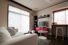 窓はロールスクリーンを下ろすことができます。(2013-05-13,共用部,LIVINGROOM,2F)