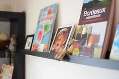 TV上の飾り棚の様子。本の間にシマウマが隠れています。(2013-05-13,共用部,OTHER,2F)