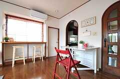正面のアーチ状の入り口の先が、キッチンです。  (2013-05-13,共用部,LIVINGROOM,2F)
