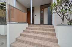 玄関の前には階段があります。(2016-02-24,周辺環境,ENTRANCE,1F)