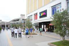 小田急小田原線・新百合ヶ丘駅前には大型ショッピングビルが立ち並びます。(2016-08-03,共用部,ENVIRONMENT,1F)
