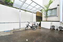 自転車置き場の様子。屋根付きです。(2018-04-25,共用部,GARAGE,1F)