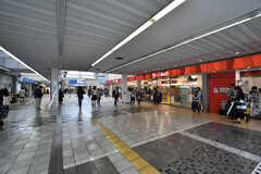 小田急小田原線・新百合ヶ丘駅の様子2。駅の構内にもお店があります。(2018-04-25,共用部,ENVIRONMENT,1F)