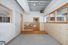 玄関から見た内部の様子。玄関は保育園の利用者も使用します。(2017-02-13,周辺環境,ENTRANCE,1F)