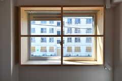 出窓の様子。格子が可愛いです。(201号室)(2017-02-13,専有部,ROOM,2F)