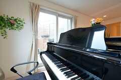 リビングにはピアノが設置されています。掃き出し窓からバルコニーへ出られます。(2016-01-13,共用部,OTHER,3F)