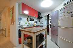 キッチンの様子2。冷蔵庫が2台並んでいます。(2016-01-13,共用部,KITCHEN,2F)