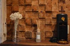 木のブロックを積み重ねたようなデザインの壁です。(2020-12-14,共用部,LIVINGROOM,1F)