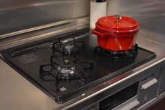 ガスコンロは3口。ストウブの鍋が用意されています。(2020-12-14,共用部,KITCHEN,1F)