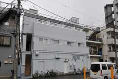 シェアハウスの外観。1Fは店舗になっていて、2Fが正面玄関です。(2011-10-05,共用部,OUTLOOK,1F)