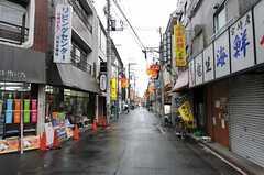 JR南武線・武蔵新城駅からシェアハウスへ向かう道にある商店街の様子。(2011-10-05,共用部,ENVIRONMENT,1F)