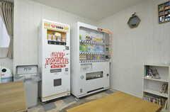 リビングには自動販売機があります。(2014-12-11,共用部,LIVINGROOM,1F)