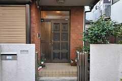 シェアハウスの正面玄関。(2012-11-13,周辺環境,ENTRANCE,1F)