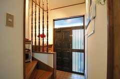 内部から見た玄関周辺の様子。(2012-11-13,周辺環境,ENTRANCE,1F)
