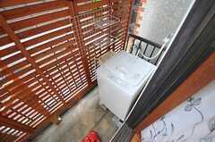 キッチン脇から見た洗濯機置き場の様子。(2012-11-13,共用部,LAUNDRY,1F)