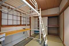 窓側から見た専有部の様子。押入れが付いています。(203号室)(2012-11-13,専有部,ROOM,2F)