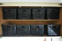 吊り戸棚の様子。収納ボックスは部屋ごとに2つずつ使用できます。(2013-01-11,共用部,KITCHEN,1F)