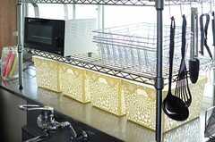 出窓のスペースを活用したラックには、収納ボックスやオーブントースターが置かれています。(2013-01-11,共用部,KITCHEN,1F)
