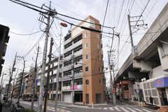 シェアハウスの外観。シェアハウスの為に新築され、武蔵中原駅に隣接しています。(2012-03-22,共用部,OUTLOOK,1F)