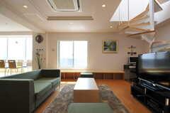廊下から見たリビング。右奥のらせん階段から屋上へ出られます。(2012-03-22,共用部,LIVINGROOM,7F)