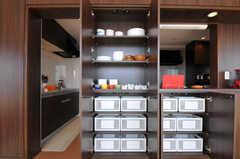 食器棚と部屋ごとに分けられた食材などを置けるスペースの様子。(2012-03-22,共用部,OTHER,7F)