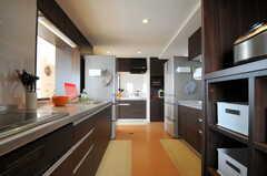 システムキッチンが正面と左右に合計3台あります。(2012-03-22,共用部,KITCHEN,7F)