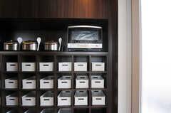 調味料などを置けるスペースも部屋ごとに分けられています。(2012-03-22,共用部,KITCHEN,7F)