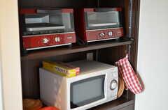 電子レンジとオーブンも用意されています。(2012-03-22,共用部,KITCHEN,7F)