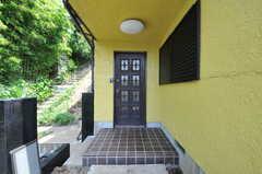 シェアハウスの正面玄関。(2011-07-06,周辺環境,ENTRANCE,1F)