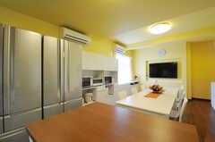 キッチン側から見た、シェアハウスのリビングの様子。大きめの冷蔵庫が2台あります。(2011-07-06,共用部,LIVINGROOM,2F)