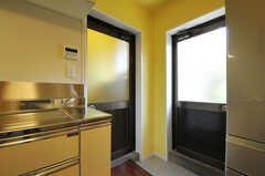 3Fより上のフロアの入居者は、キッチン脇の勝手口も使用できます。(2011-07-06,共用部,OTHER,2F)