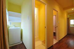 廊下には水周り設備が並んでいます。左から洗濯機、シャワールーム、洗面台とバスルーム、トイレです。(2011-07-06,共用部,LAUNDRY,3F)