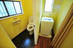 ウォシュレット付きトイレと、廊下の突き当たりにある洗濯機の様子。(2011-07-06,共用部,LAUNDRY,3F)