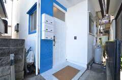 玄関ドアの様子。爽やかな色の組み合わせです。(2014-08-06,周辺環境,ENTRANCE,1F)