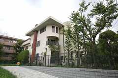 シェアハウスの外観。緑いっぱいの敷地です。(2008-08-22,共用部,OUTLOOK,1F)