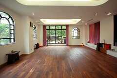 ヨガスタジオの様子。実際にヨガの教室が開かれています。(2008-08-22,共用部,LIVINGROOM,1F)