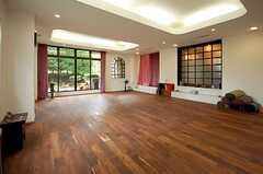 ヨガスタジオの様子2。大きな窓が気持ち良いです。(2008-08-22,共用部,LIVINGROOM,1F)