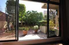 掃き出し窓の外も多目的に使えます。(2013-02-20,共用部,OTHER,1F)