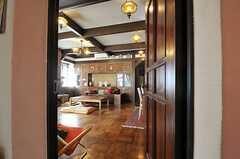 廊下からリビングを見るとこんな感じ。(2013-02-20,共用部,LIVINGROOM,1F)
